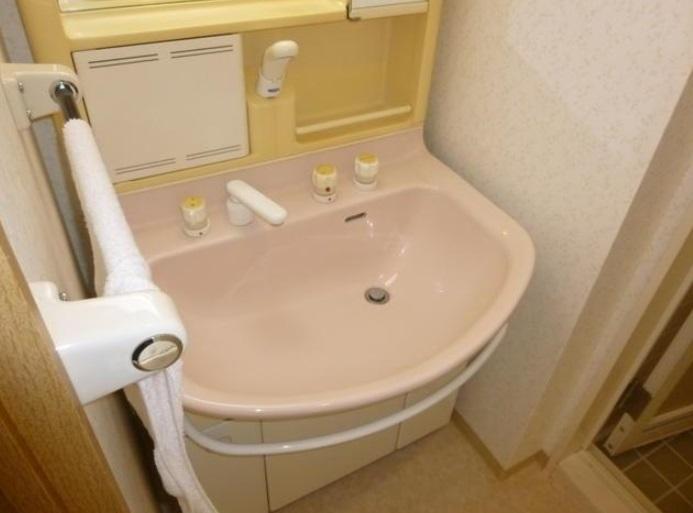 シャワー付の洗面台です。収納力もあります。