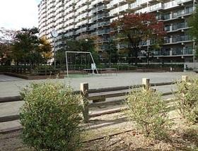 敷地内公園もあるので お子様にも嬉しい物件です  近くで遊んでくれると ご両親も安心ですよね