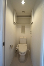 トイレは衛生的な温水洗浄便座  新聞やスマホを片手に  ごゆっくりおくつろぎください