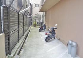 バイク置き場あり  一台ずつスペースがあります  幅も十分にあるのでバイクが動かしやすく駐車しやすいです