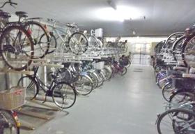 駐輪場は屋根つきです  雨が降っても自転車が濡れないので  錆や汚れの防止になります