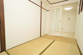 4帖の和室部分。 寝室としても最適です♪ 収納スペースも各室ございます。
