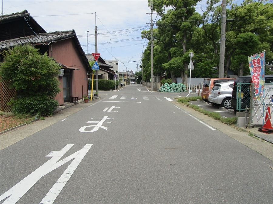 西側公道約7.2m。前面道路の幅もゆとりがあり、駐車も焦らずできそうですね。