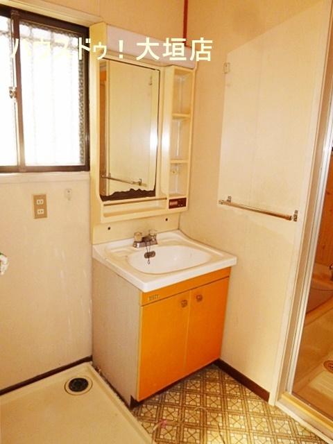 洗面所には窓が付いております。 光が取れて嬉しいですね。