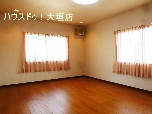 10帖の洋室は2面採光で明るいお部屋です。