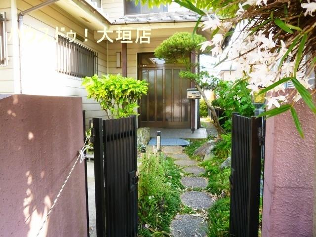 緑に囲まれた玄関アプローチ。