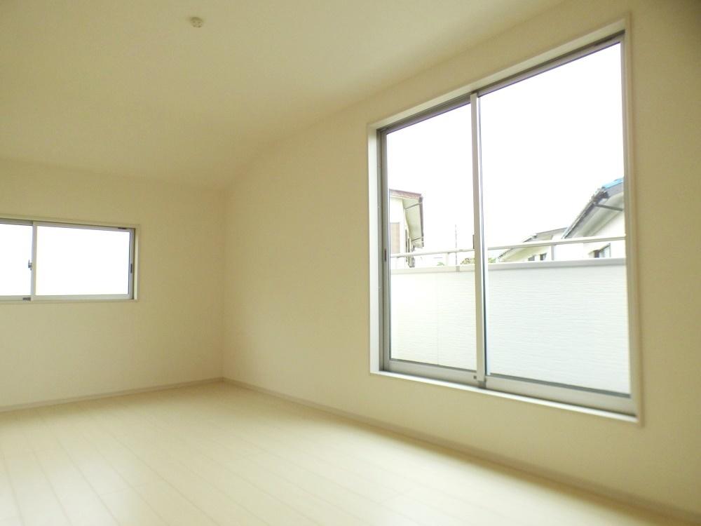 ◎主寝室:2号棟(5/12撮影) 9.25帖でゆったり広々とした主寝室!ベッドなどの家具を置いても十分余裕があります。