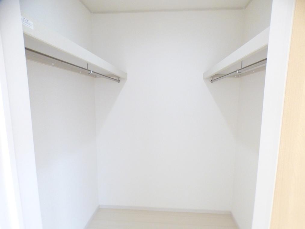 ◎WIC:2号棟(5/12撮影) クローゼット内には、棚板もついていて、収納もしやすく。