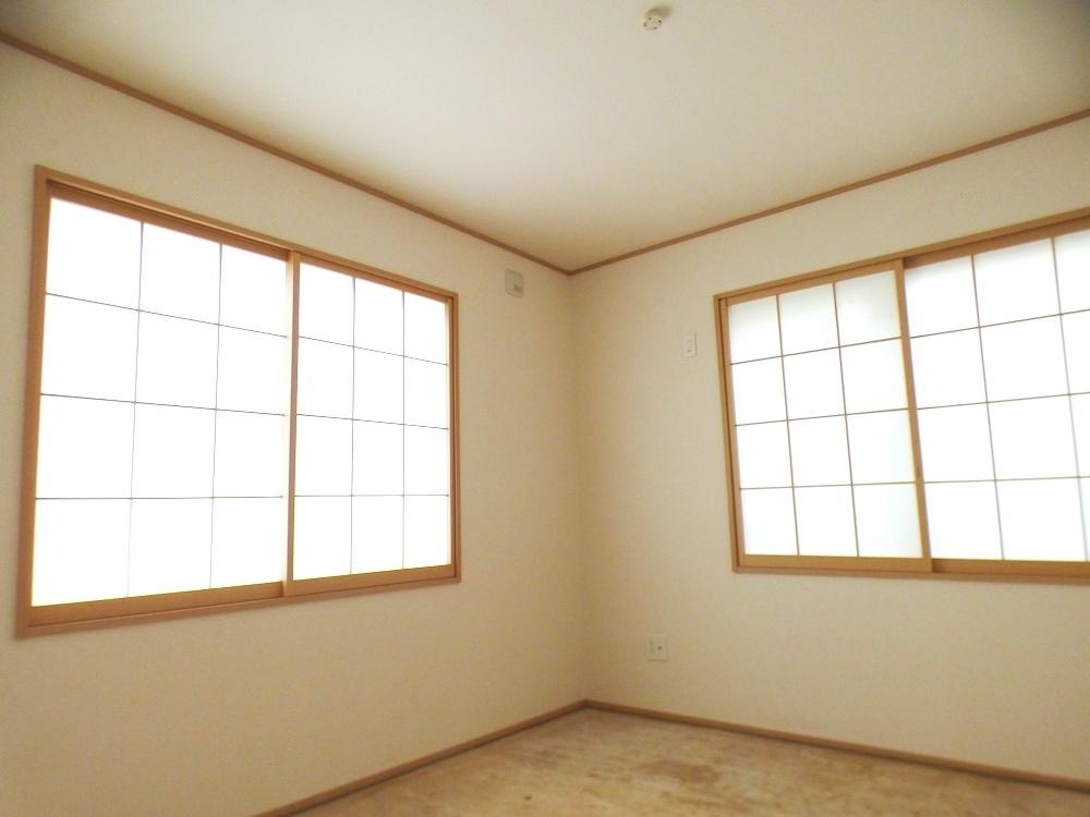 ◎和室:2号棟(5/12撮影) 1部屋和室があると安らぎますね。独立タイプなので、ご両親のお部屋や、客間としても便利です。 ご入居前に畳をお入れします。