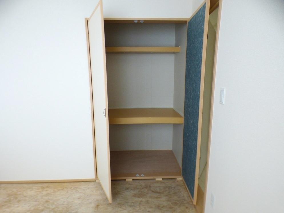 ◎和室の収納:2号棟(5/12撮影) 和室の収納は押入れに。ご来客用のお布団の収納にも重宝します。クローゼットとは違う収納しやすさがありますね。
