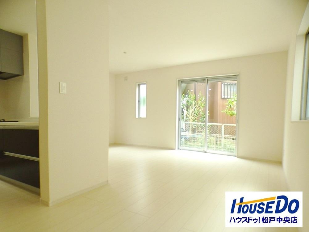 ◎リビング:2号棟(5/12撮影) LDKは広々16帖超!ご家族みんながくつろげる空間に。 白を基調とした室内は、家具もあわせやすいですね!
