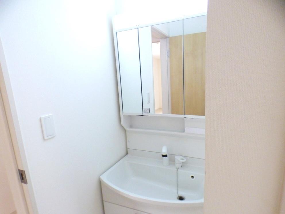 ◎洗面台:2号棟(5/12撮影) 三面鏡は鏡面も広く、収納部分も多いので、使い勝手も◎です!