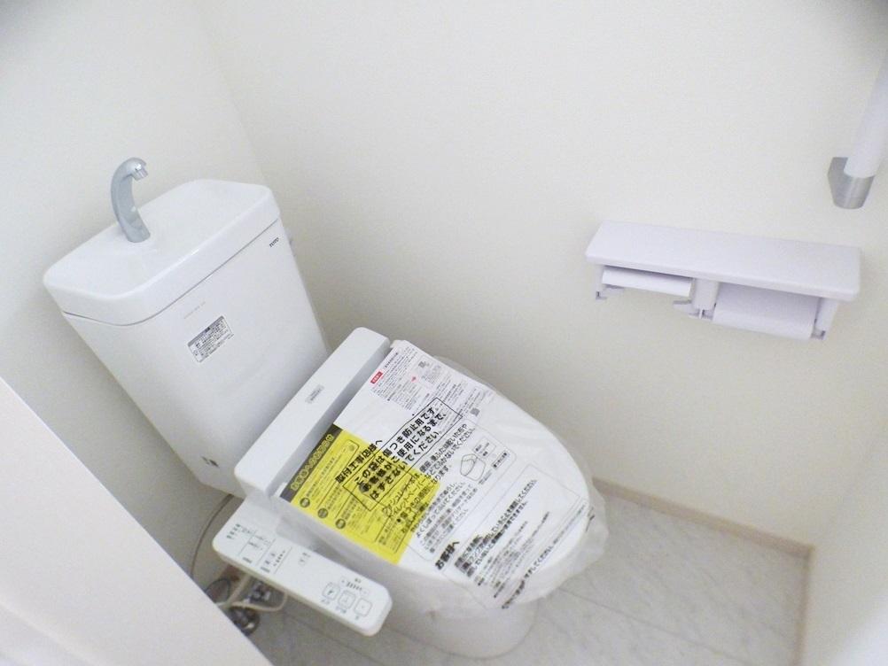 ◎トイレ:2号棟(5/12撮影) ウォシュレット付です!トイレとあわせて、階段・浴室にも手すり付!小さなお子様やお年寄り、どなたでも使いやすく、しかも安全に暮らしを営むための配慮をした設計です。
