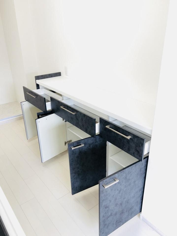 食洗器付きのキッチンです!背面にある収納にはレンジなどの家電を置くこともできます。