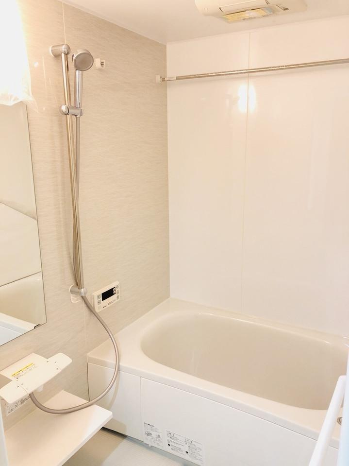 浴室換気乾燥機付き! 白を基調とした清潔感のあるバスルームです!