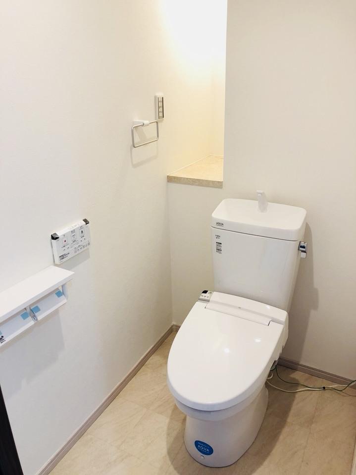 壁に収納スペースがありますので、小さなものならそこに収納できます。
