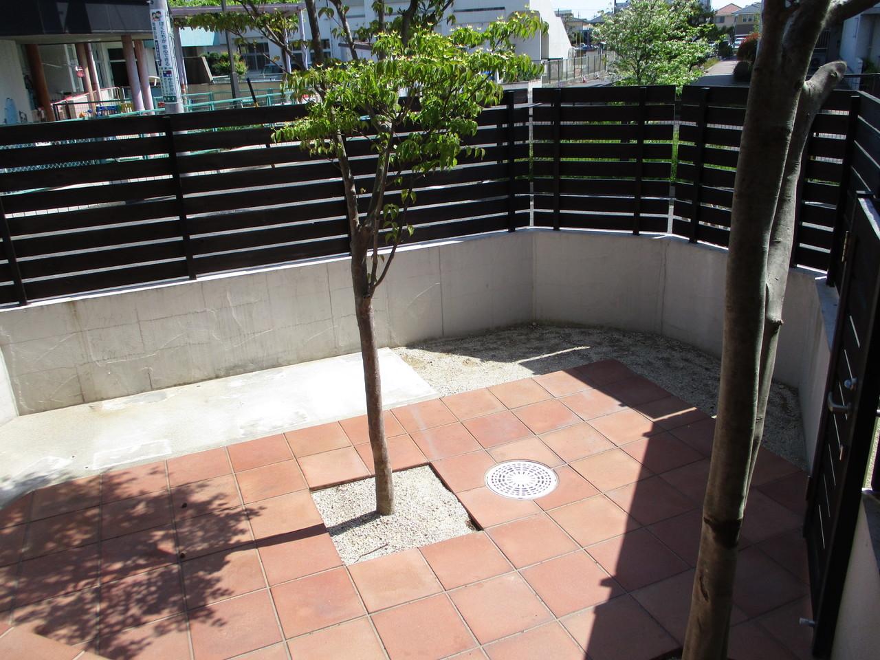 タイル貼りの庭でバーベキュー