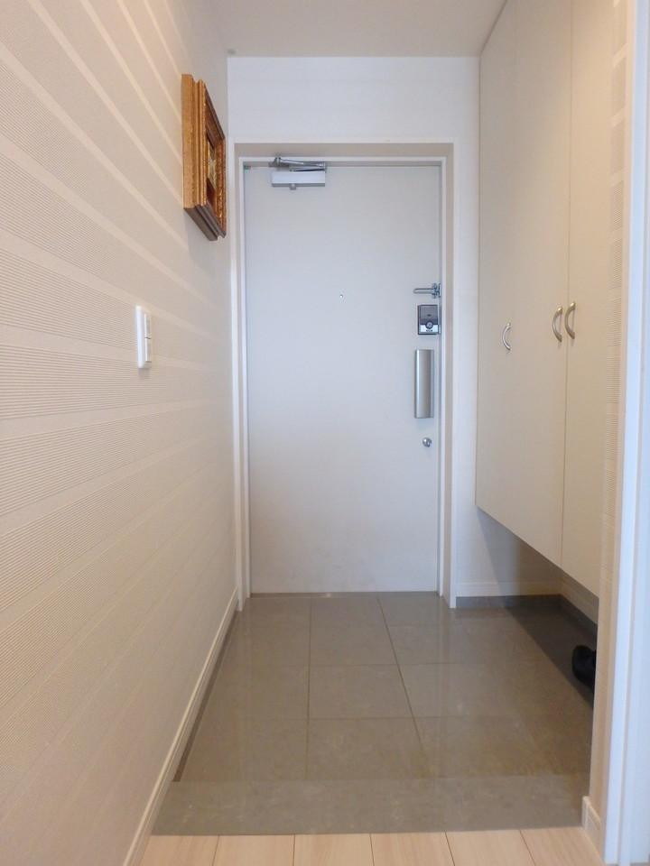 収納豊富で下駄箱下のスペースも有効活用出来ます! 鍵はタッチ式でオートロックです!