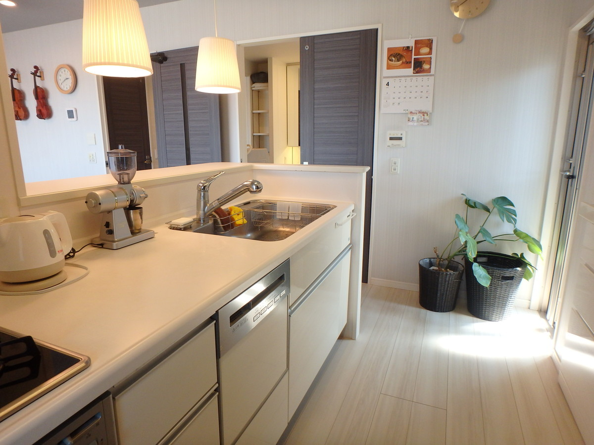 浄水器はフィルタータイプです♪キッチンとサービスバルコニーが近く、一時的に物をおいたりするのにも便利です。