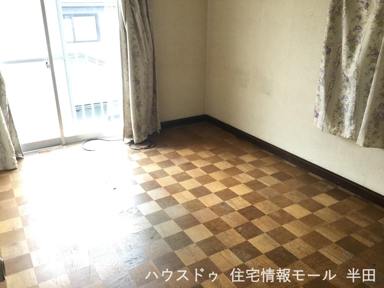2階 6帖洋室 バルコニーに面しており 明るく使勝手の良い居室です 子供部屋として 書斎として マルチに対応できる居室です