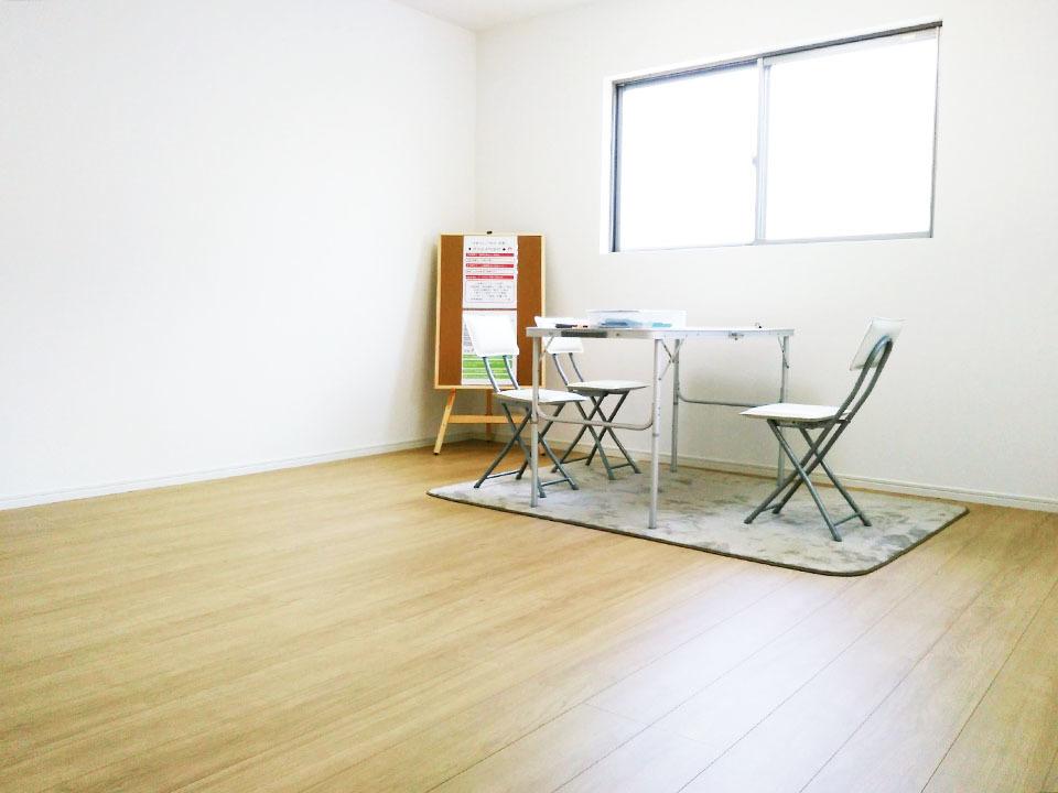 1階LDKは約12.5帖♪背面キッチンでスペースを有効活用してますので、広々お過ごしになれますよ♪
