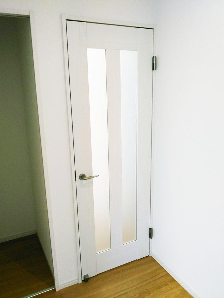 白の建具は清潔感があるデザイン♪お部屋がキレイに見えますね♪