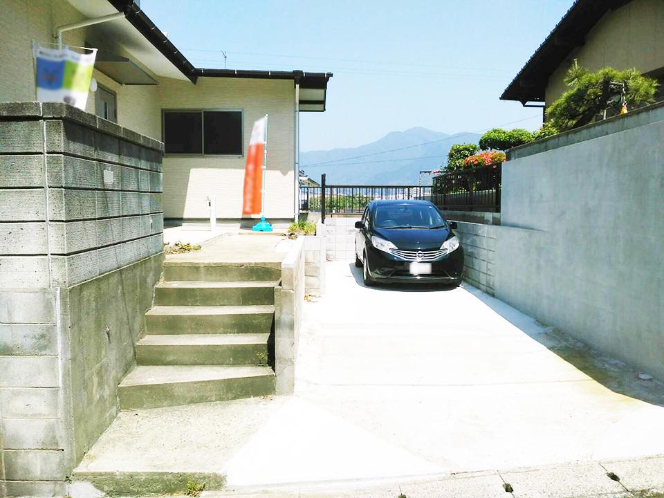 駐車スペースは縦列で2台分確保♪交通量の少ない全面道路でストレス無く駐車可能です♪