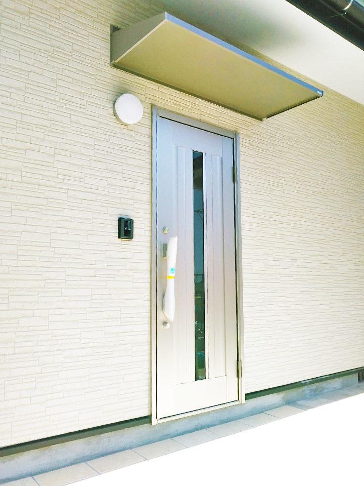 白が基調の外壁にメタリック調の玄関ドア♪オシャレな外観に仕上がってます♪