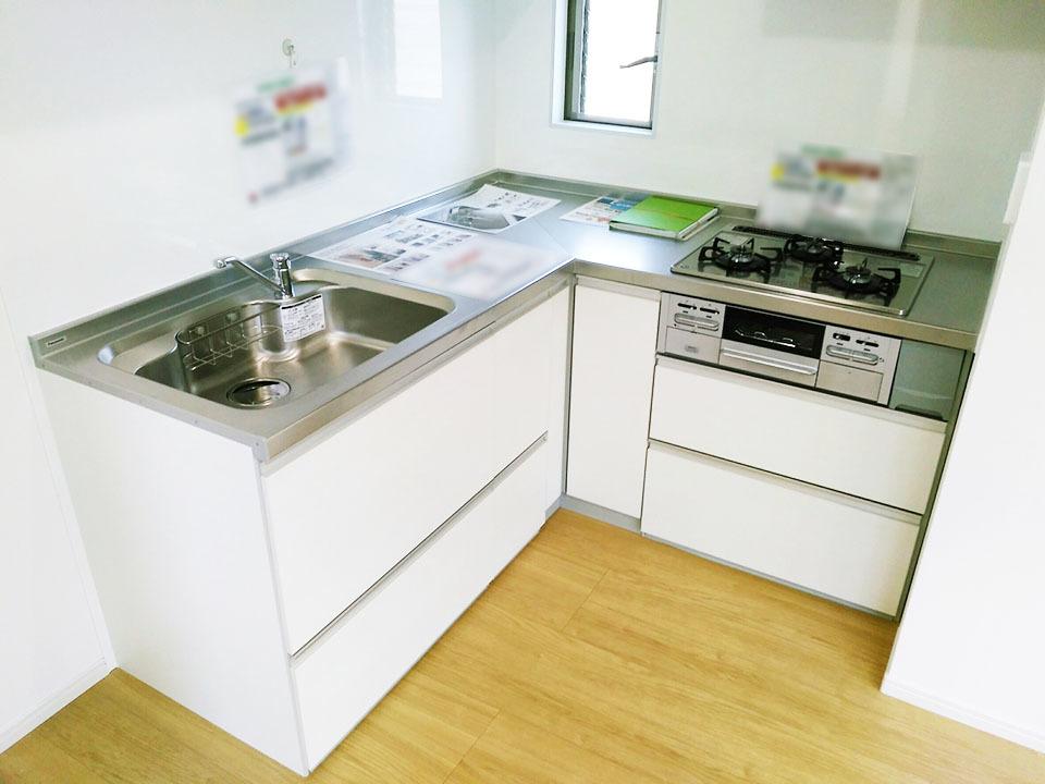 キッチンはL字のシステムキッチン♪左右に動かず小幅でお料理が出来ます♪収納もしっかりあるのでご安心下さい♪
