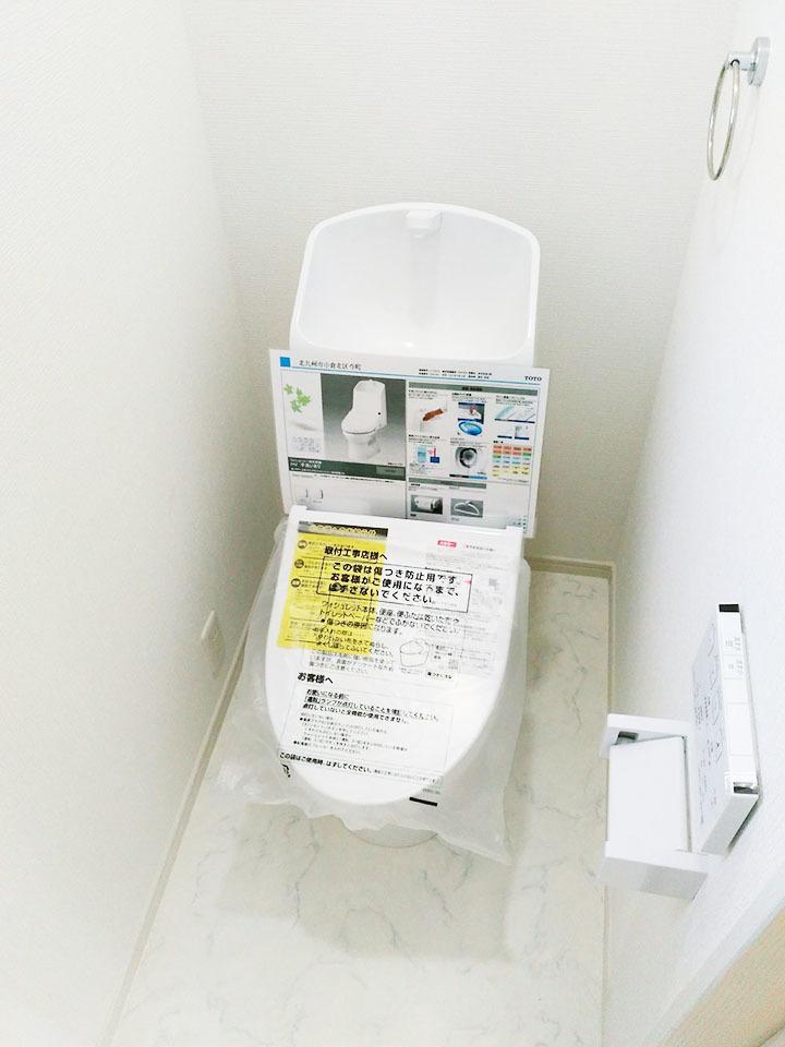 汚れが付きにくくお掃除しやすいTOTOのトイレです♪温水洗浄便座も付いてますよ♪