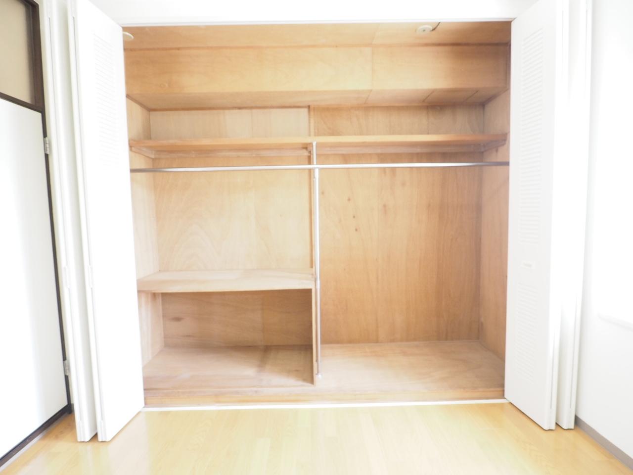 壁一面の収納で、収納力があります。