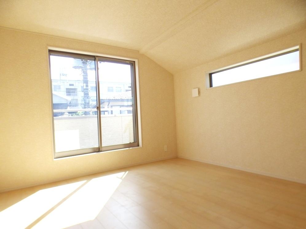 ◎洋室:3号棟(5/12撮影) 8帖でゆったり広々とした主寝室!ベッドなどの家具を置いても十分余裕があります。
