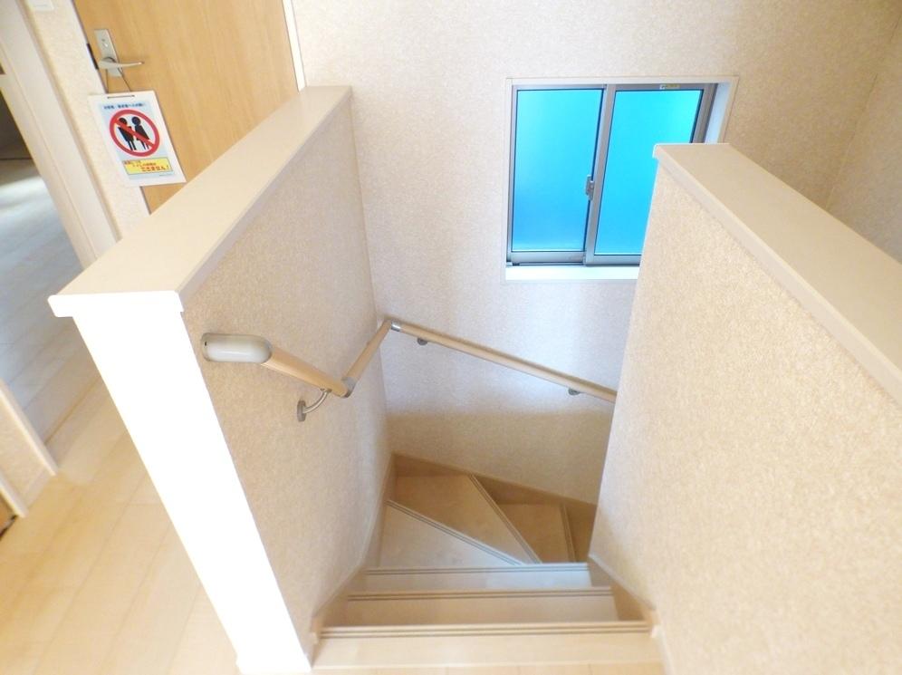 ◎階段:3号棟(5/12撮影) 手すり付なので、小さなお子様やご年配の方も安心です!2階へ上がると、階段横にも収納付!お掃除用具や季節物の家具・家電などの収納に便利なスペースです!