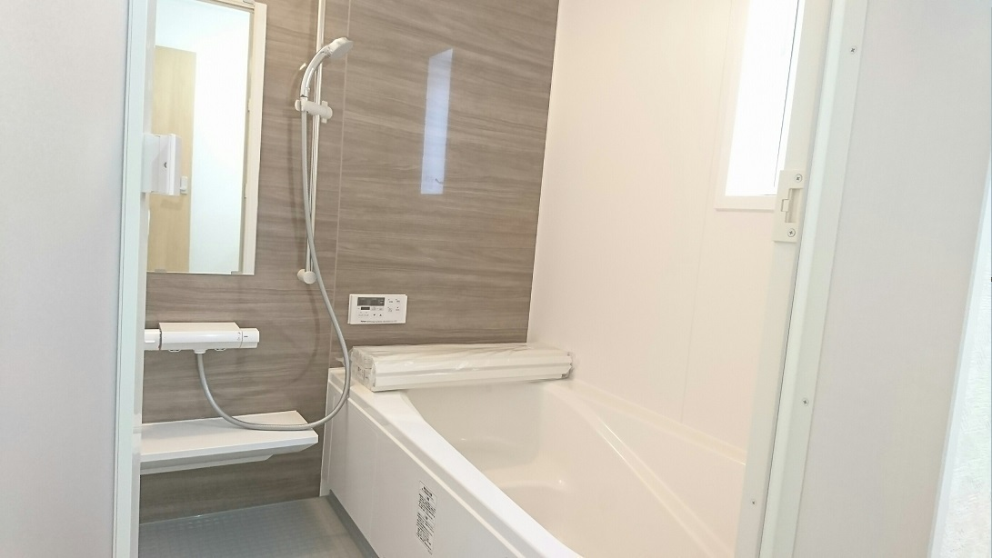 同仕様写真 座り心地にこだわった浴槽形状 立ち上がる際や浴槽に出入りする時につかみやすいフランジとアームレスト形状 大きな水滴を残さない加工で乾燥しやすい床は石鹸カスなども排水するのでカビの発生を抑制
