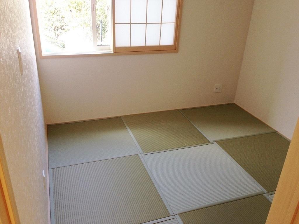 同仕様写真 収納スペースありの和室です 3尺角の畳ですっきり今風でお洒落な空間になっているのでゲストルームとしても利用できる自慢のお部屋です お休みの際は畳の香りに包まれて疲れた体も癒されますよ