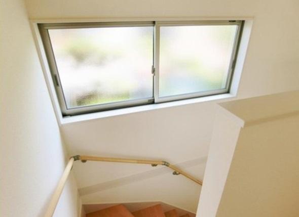 階段は手すり付きで安心 大きな窓からは明るい陽射しが照らしてくれます