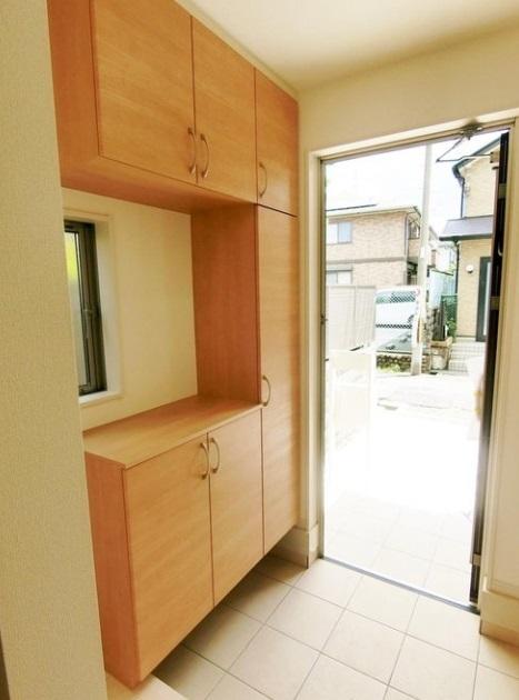 玄関には靴箱もあるので 散かりがちな玄関もスッキリ収納できます