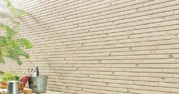 同仕様写真 親水コートの表層は水になじみやすい親水基に覆われています 雨が降れば親水基が汚れとの間に雨水を入り込みやすくするため壁に付着した汚れが浮き上がり雨水と一緒に洗い流してくれます