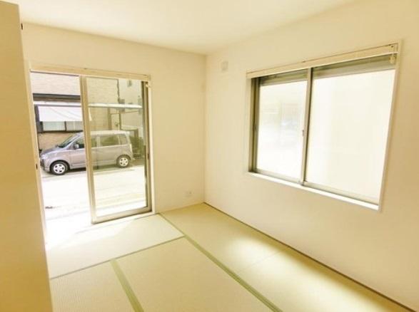 リビング横には 二面遮光の明るい和室があります