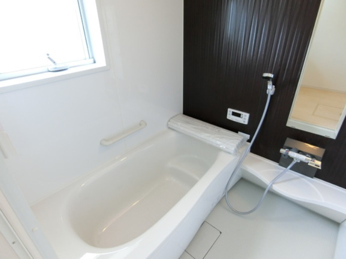 エスライン浴槽 浴槽内ステップ付きで半身浴や親子入浴もゆったり思いのまま フチに腰かけやすく出入りもラクラク 環境にやさしい節水タイプ浴槽です