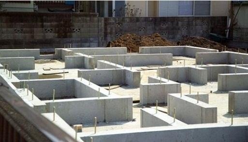 同仕様写真 ベタ基礎は立ち上がりと底面全体が鉄筋コンクリート造となり建物荷重を底面全体で地盤に伝えるため基礎の一部だけが沈む不動沈下に対する耐久性や耐震性を増すことが可能となります