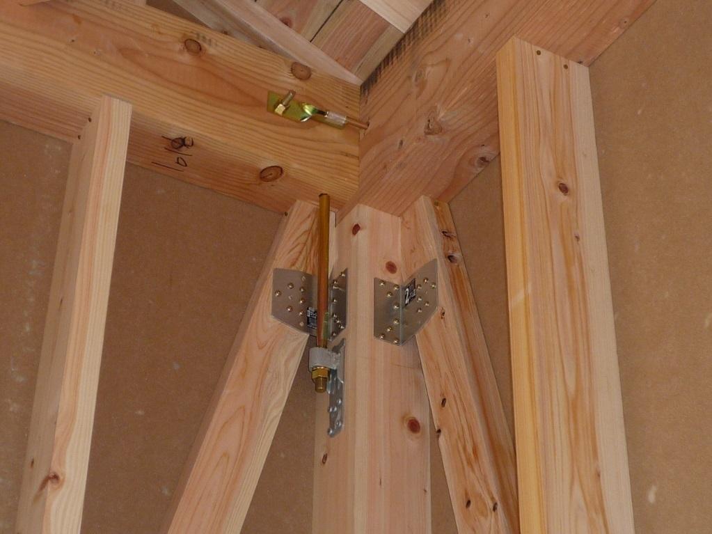 同仕様写真 構造材の接合部には耐震金物を採用 基礎・土台・柱等接合部ごとに適材適所な耐震金具を選び構造体をしっかりと緊結 地震による揺れから建物のゆがみや倒壊を防ぎ住まい全体の耐久性を高めます