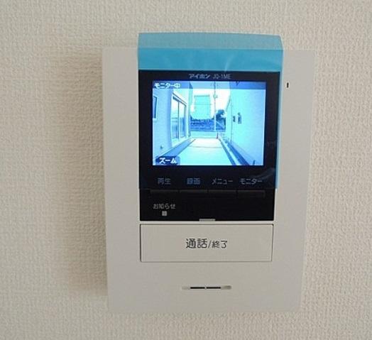 夜の訪問者もカラーで確認 不安な夜の訪問者を内蔵照明カラーでしっかり確認できます 玄関先を映像と音でチェック 室内の音は外へ洩れません 夜間は内部照明が点灯し不審者を威嚇できます