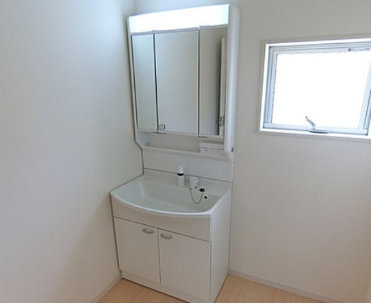 洗面台の高さは800mm 洗顔もシャンプーも楽な姿勢でできます ゴム栓を引き上げて回すだけで貯水・排水 実用的に収納できる2枚扉 高さのあるものから小物まで幅広く収納することができます