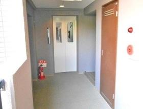 エレベータ完備なので マンション内の移動も 楽々ですよね