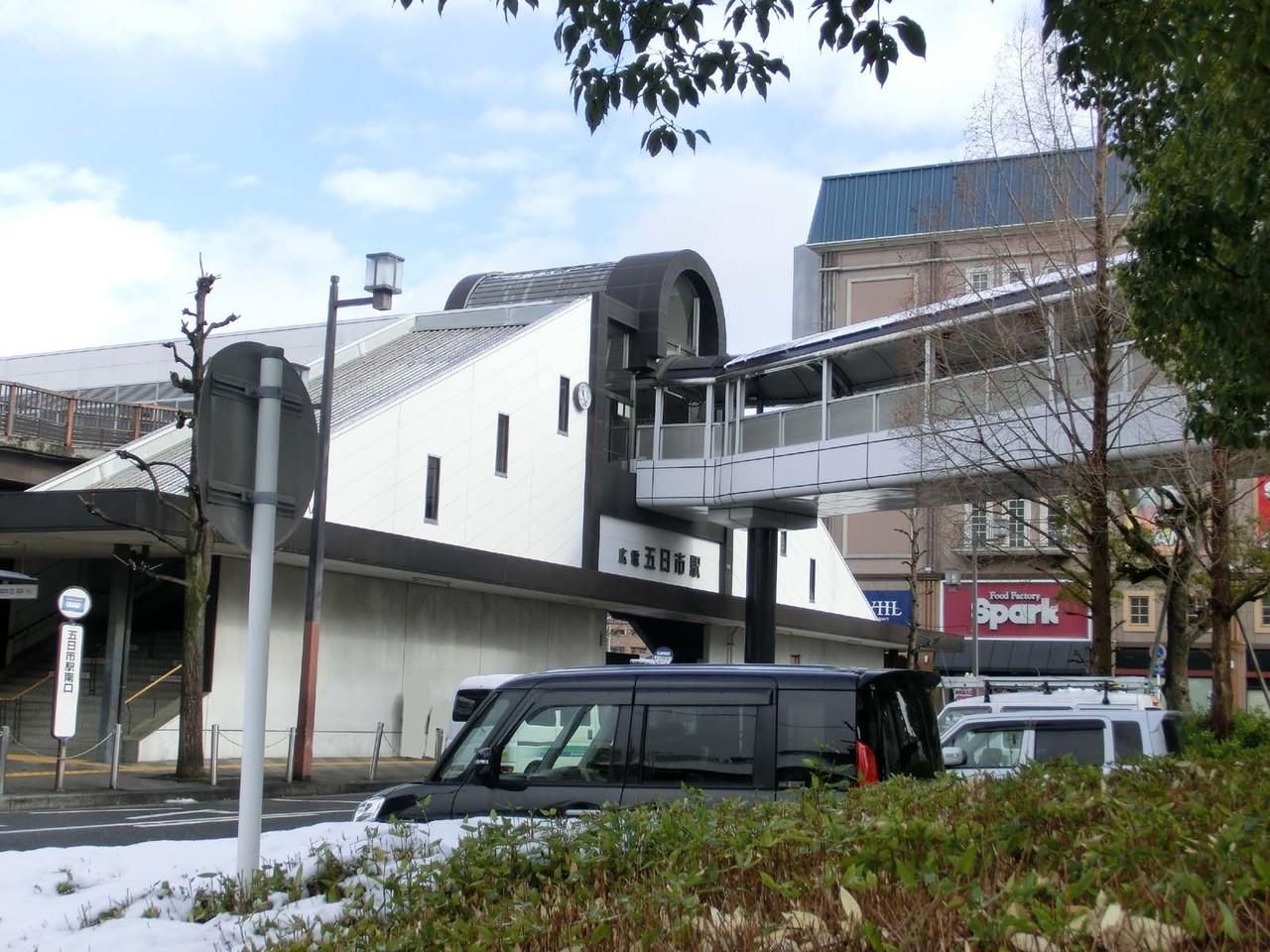 【駅】JR五日市駅南口側です。広島電鉄宮島線「広電五日市駅」と一体化 しているので、JRでも、市電でも。