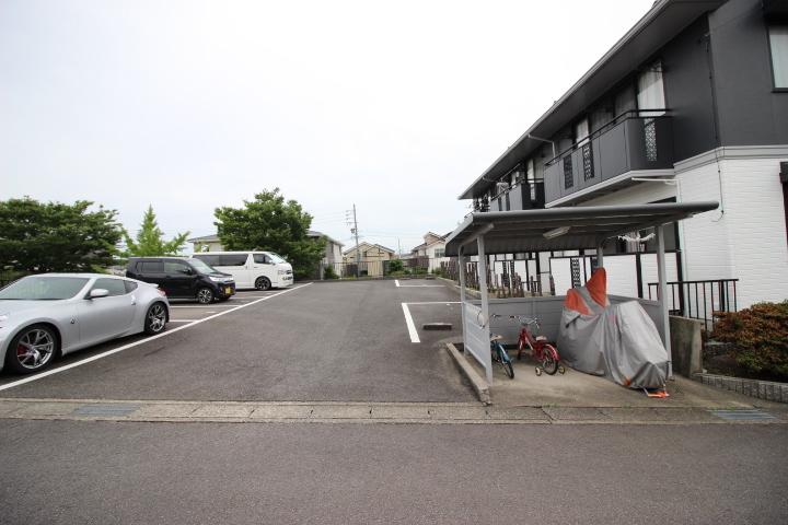 ハウスドゥ半田店です!当社は名鉄「成岩駅」西へ徒歩3分。成岩中学校東側にございます。大型駐車場も完備しておりますので、お車でお越しの方もお気軽にご来場くださいませ♪