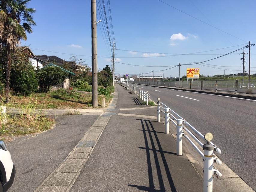 前面道路は歩道も整備され安全です