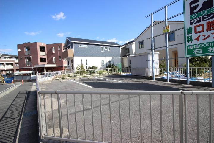 駐車場には白線や車止めが整備されています。