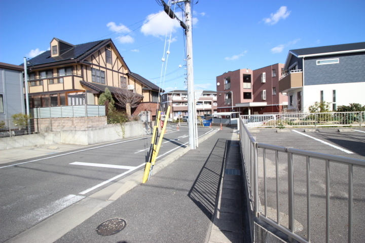 車は店舗前に1台と駐車場に3台停められます。